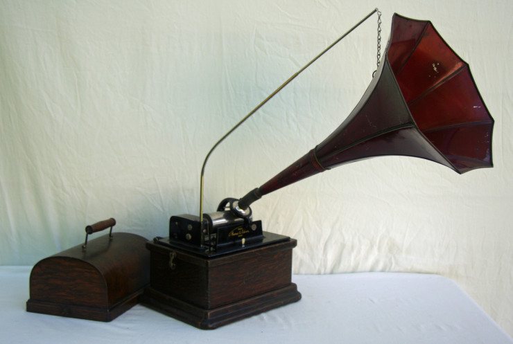 Hear An Early 1900s Edison Fireside Phonograph Play 100 Year Old Music Cylinders